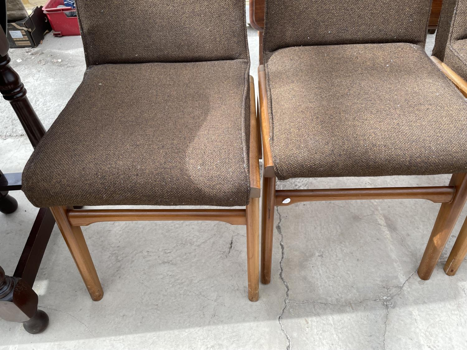 A SET OF SIX RETRO DINING CHAIRS WITH UPHOLSTERED BACKS AND SEATS - Image 3 of 8