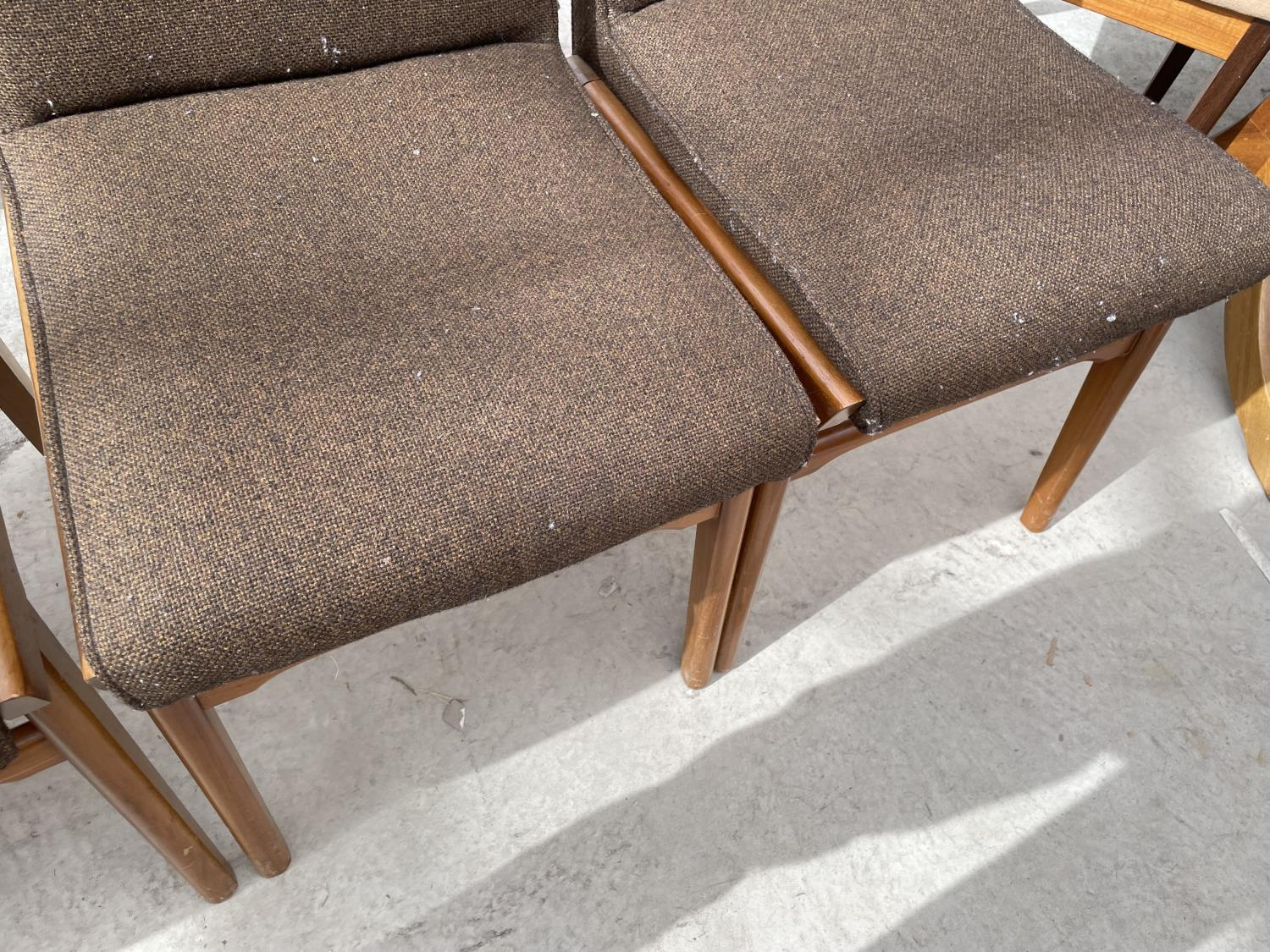 A SET OF SIX RETRO DINING CHAIRS WITH UPHOLSTERED BACKS AND SEATS - Image 7 of 8