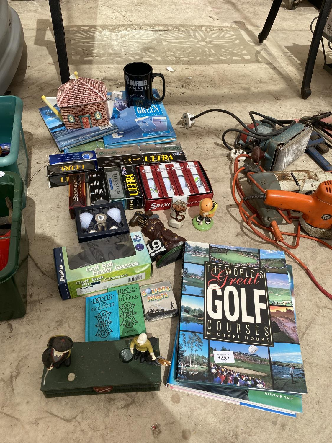 AN ASSORTMENT OF GOLF ITEMS TO INCLUDE NEW AND BOXED BALLS, BOOKS AND ORNAMENTS ETC
