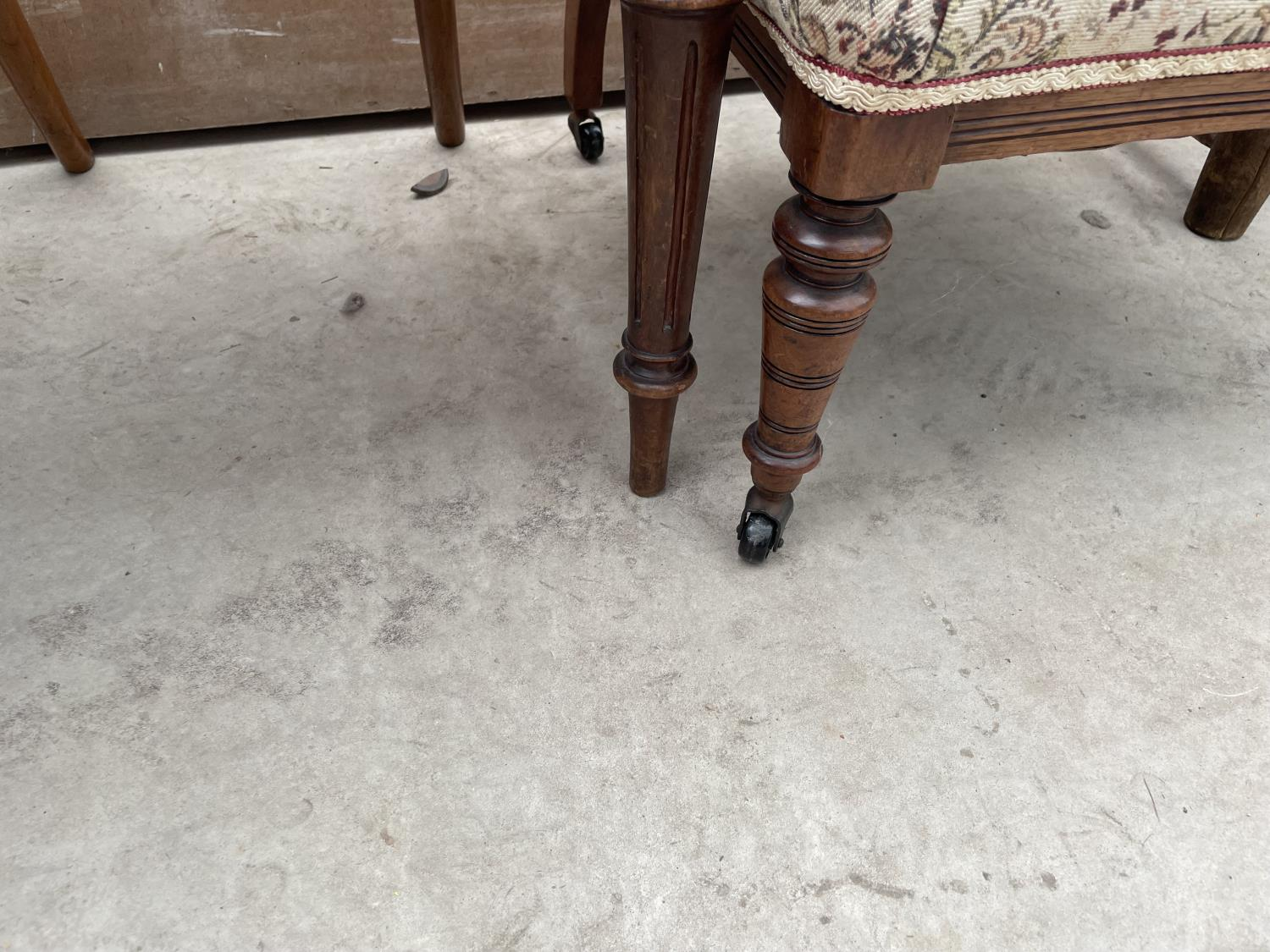 A SET OF FIVE MID 20TH CENTURY STYLE DINING CHAIRS WITH WHALE FIN BACKS - Image 10 of 10