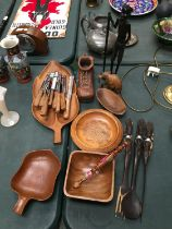 A COLLECTION OF TREEN ITEMS TO INCLUDE AFRICAN INSPIRED ITEMS