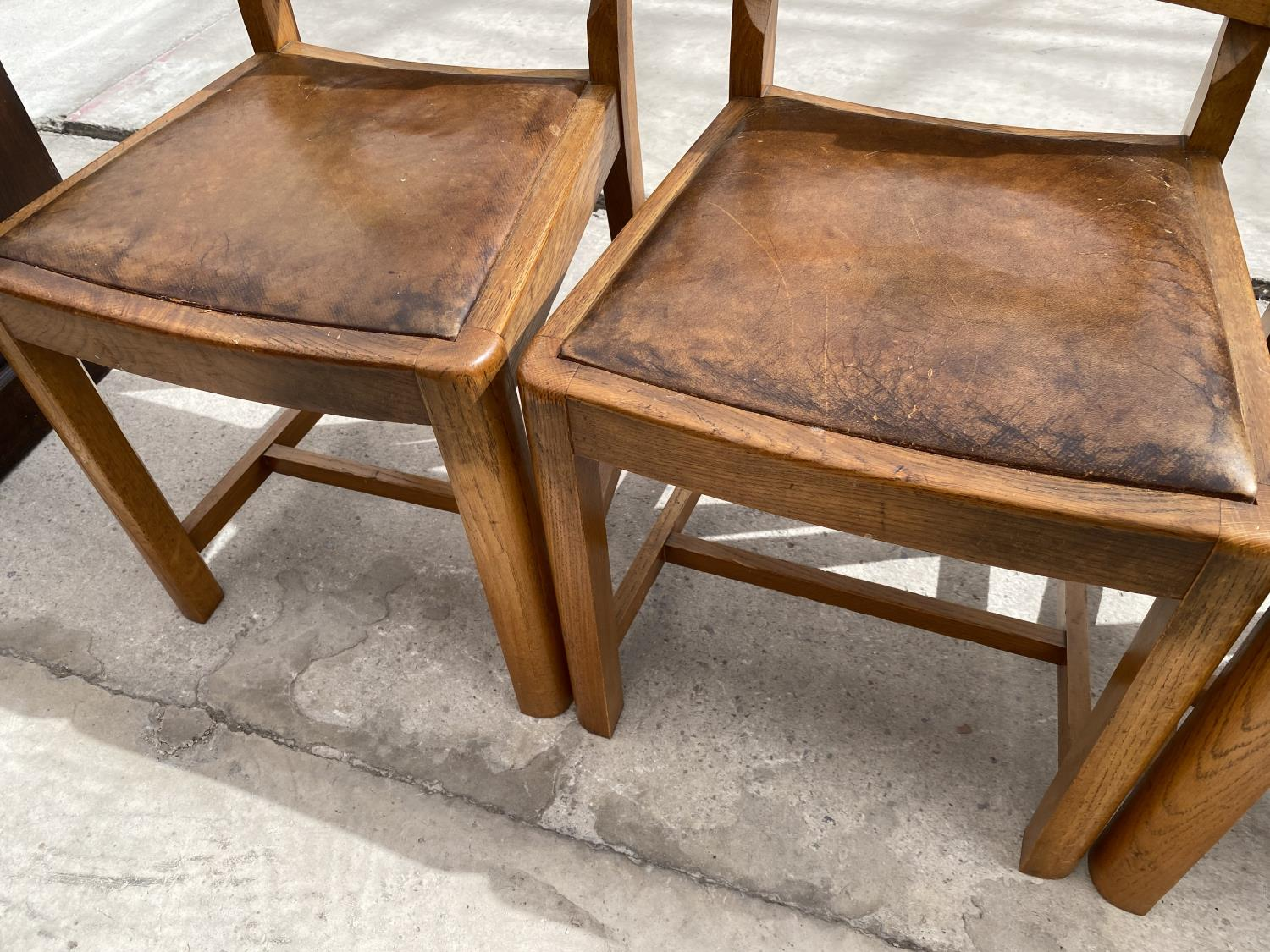 A SET OF MID 20TH CENTURY OAK DINING CHAIRS - Image 5 of 5