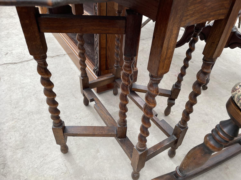 "AN EARLY 20TH CENTURY OAK GATELEG TABLE ON BARLEYTWIST LEGS, 22X35"" OPENED - Image 3 of 4"