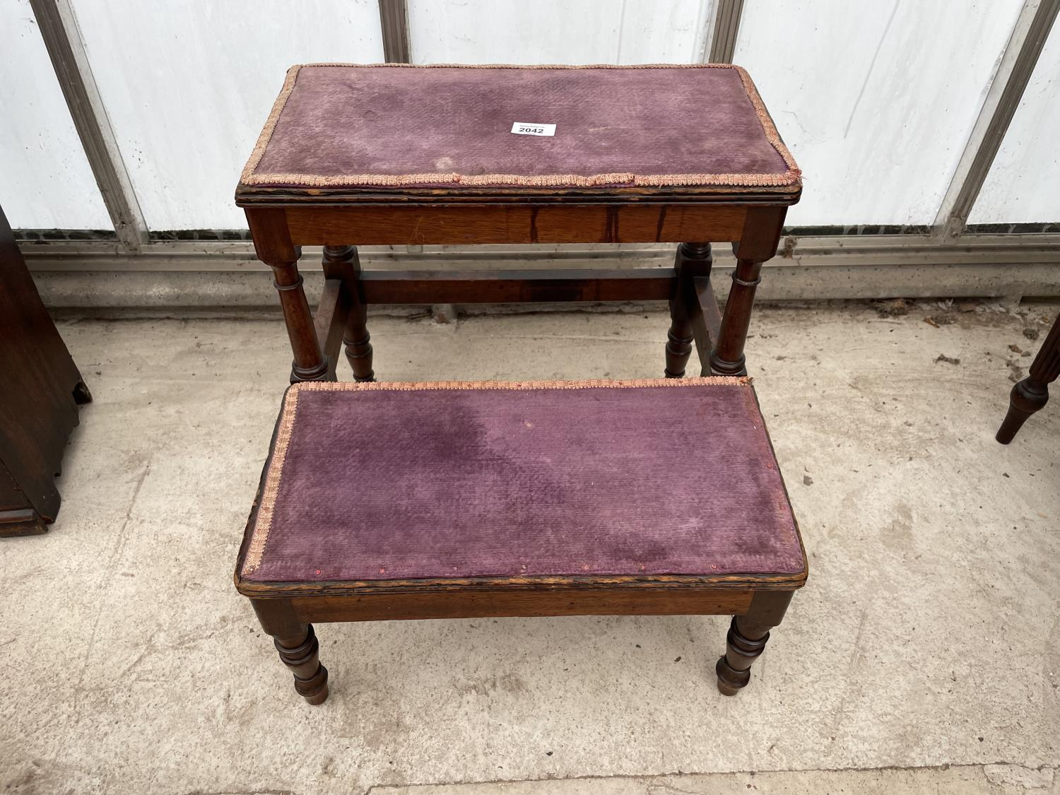 A SET OF 19TH CENTURY MAHOGANY TWO TIER LIBRARY STEPS ON TURNED LEGS