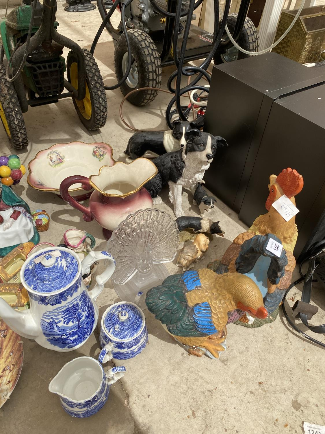 AN ASSORTMENT OF CERAMICS TO INCLUDE BLUE AND WHITE WARE, ANIMAL FIGURES AND JUGS ETC - Image 4 of 5