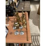 AN ASSORTMENT OF BRASS AND COPPER WARE TO INCLUDE A BRASS AND COPPER HORN, BRASS LAMPS AND A BRASS