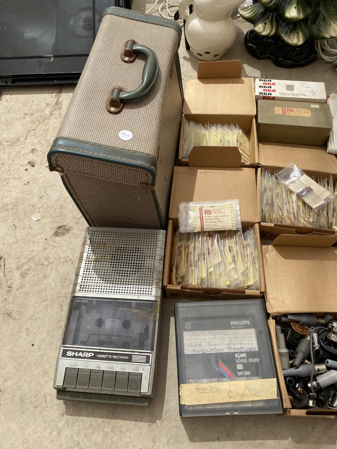 AN ASSORTMENT OF ELECTRICAL ITEMS TO INCLUDE FUSES, ARIELS, SPEAKERS AND A SLIDE PROJECTOR - Image 4 of 4
