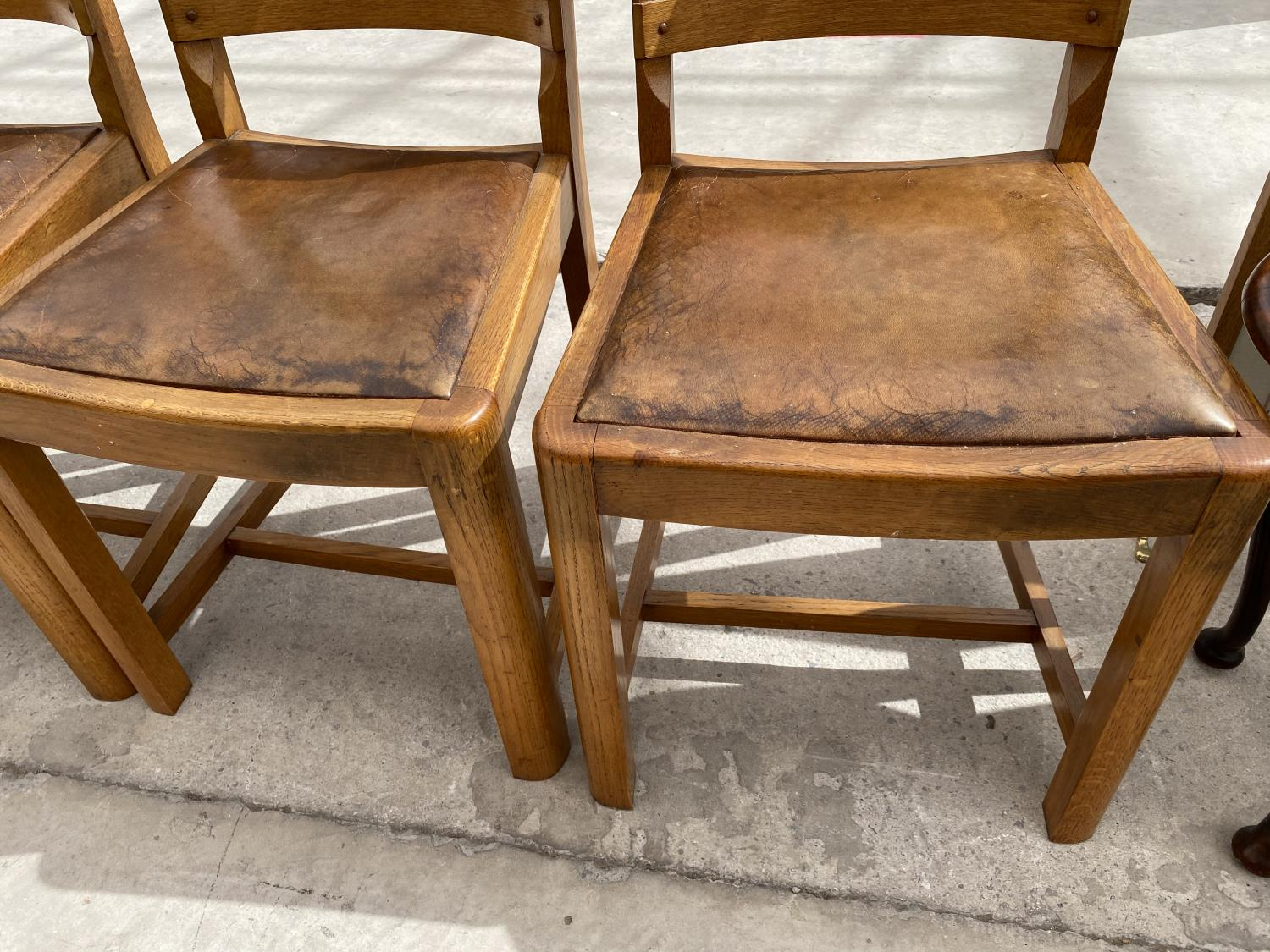 A SET OF MID 20TH CENTURY OAK DINING CHAIRS - Image 3 of 5