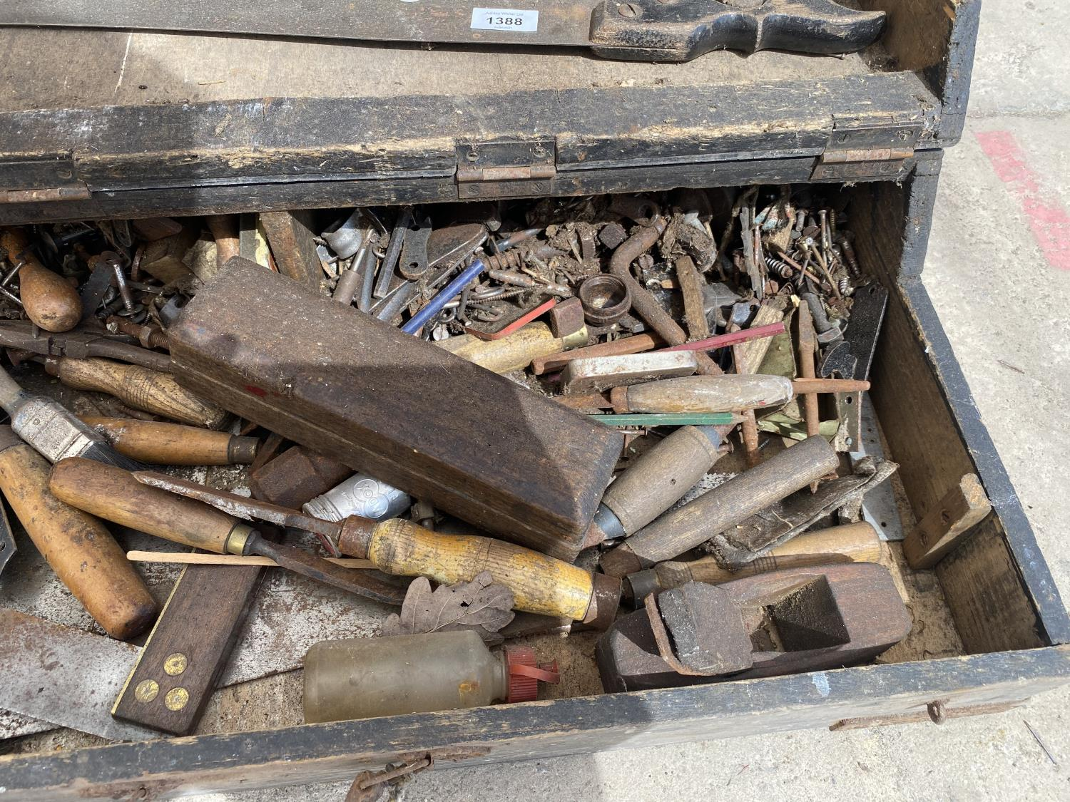 A VINTAGE JOINERS CHEST WITH AN ASSORTMENT OF TOOLS - Image 2 of 4