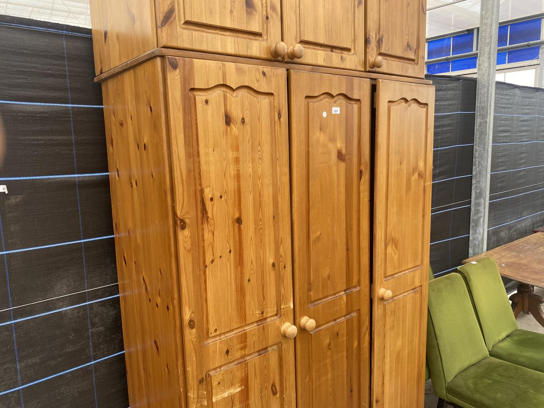 A MODERN PINE THREE DOOR WARDROBE - Image 3 of 5