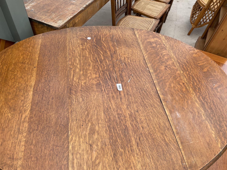 AN EARLY 20TH CENTURY OAK GATELEG TABLE ON BARLEYTWIST LEGS - Image 2 of 4
