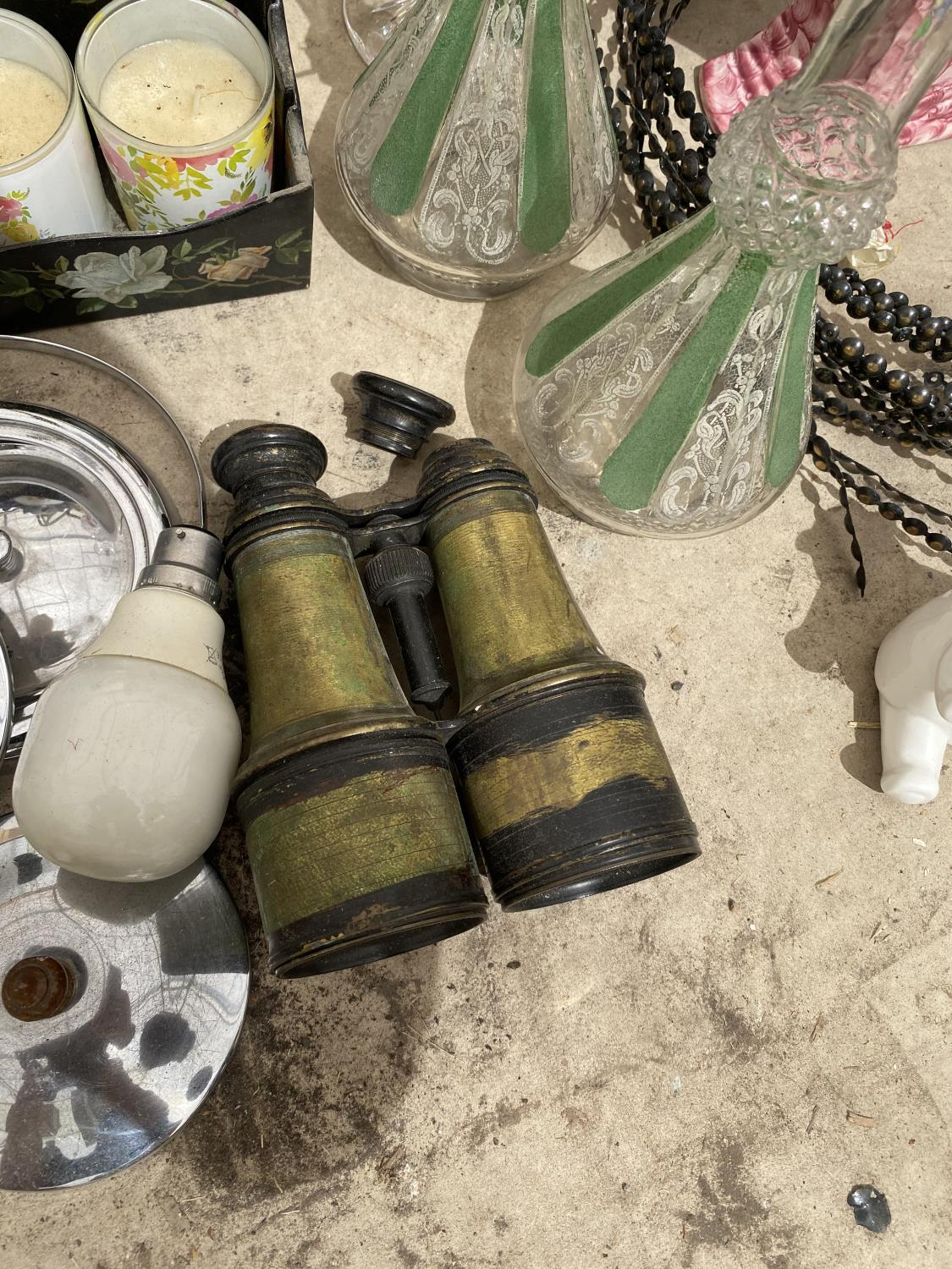 A LARGE ASSORTMENT OF ITEMS TO INCLUDE ORIENTAL STYLE JUG AND WASH BOWL, CERAMIC LAMP AND GLASS - Image 3 of 5