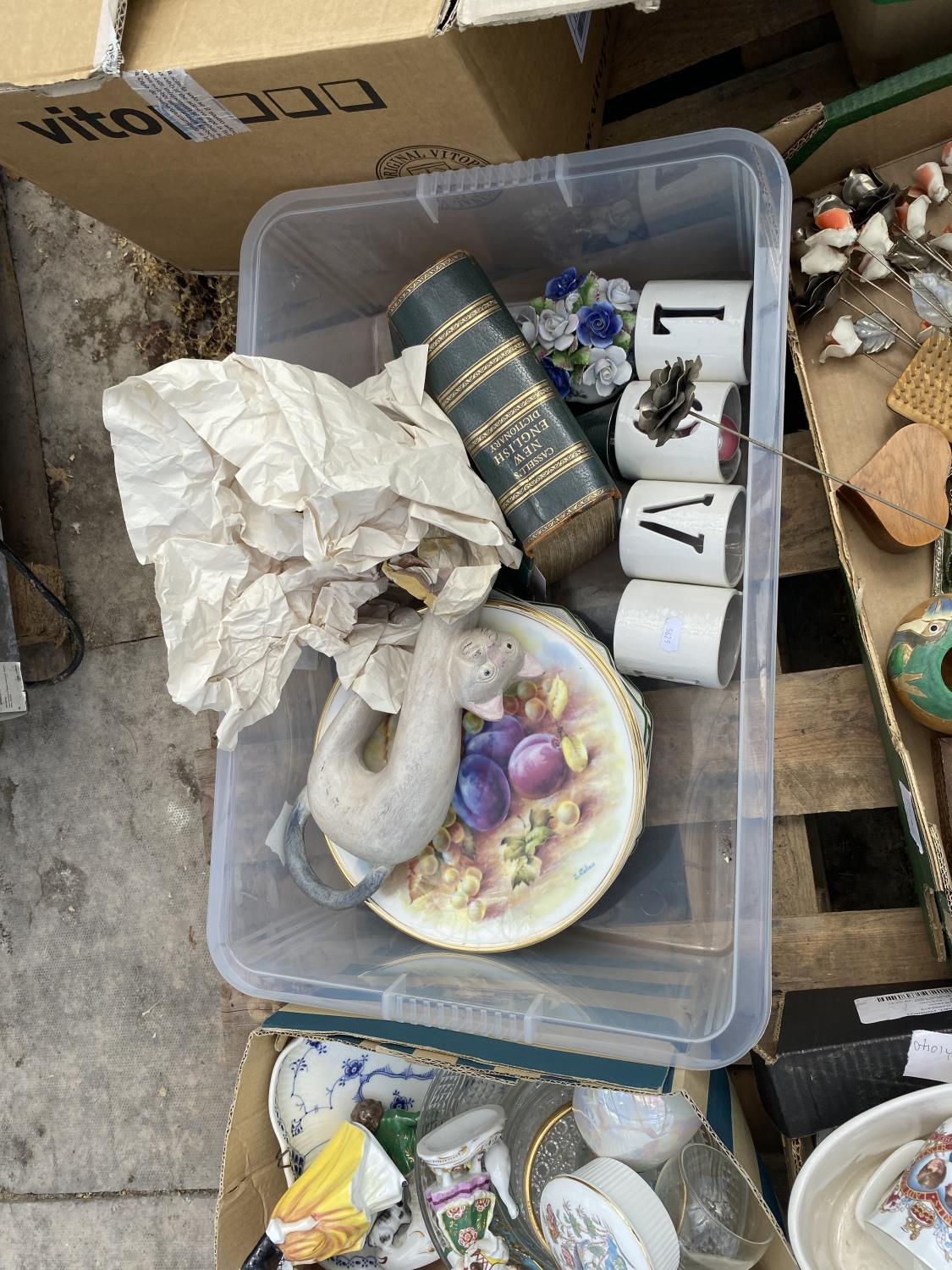 AN ASSORTMENT OF HOUSEHOLD CLEARANCE ITEMS TO INCLUDE CERAMICS, TREEN ITEMS AND GLASS WARE ETC - Image 5 of 6