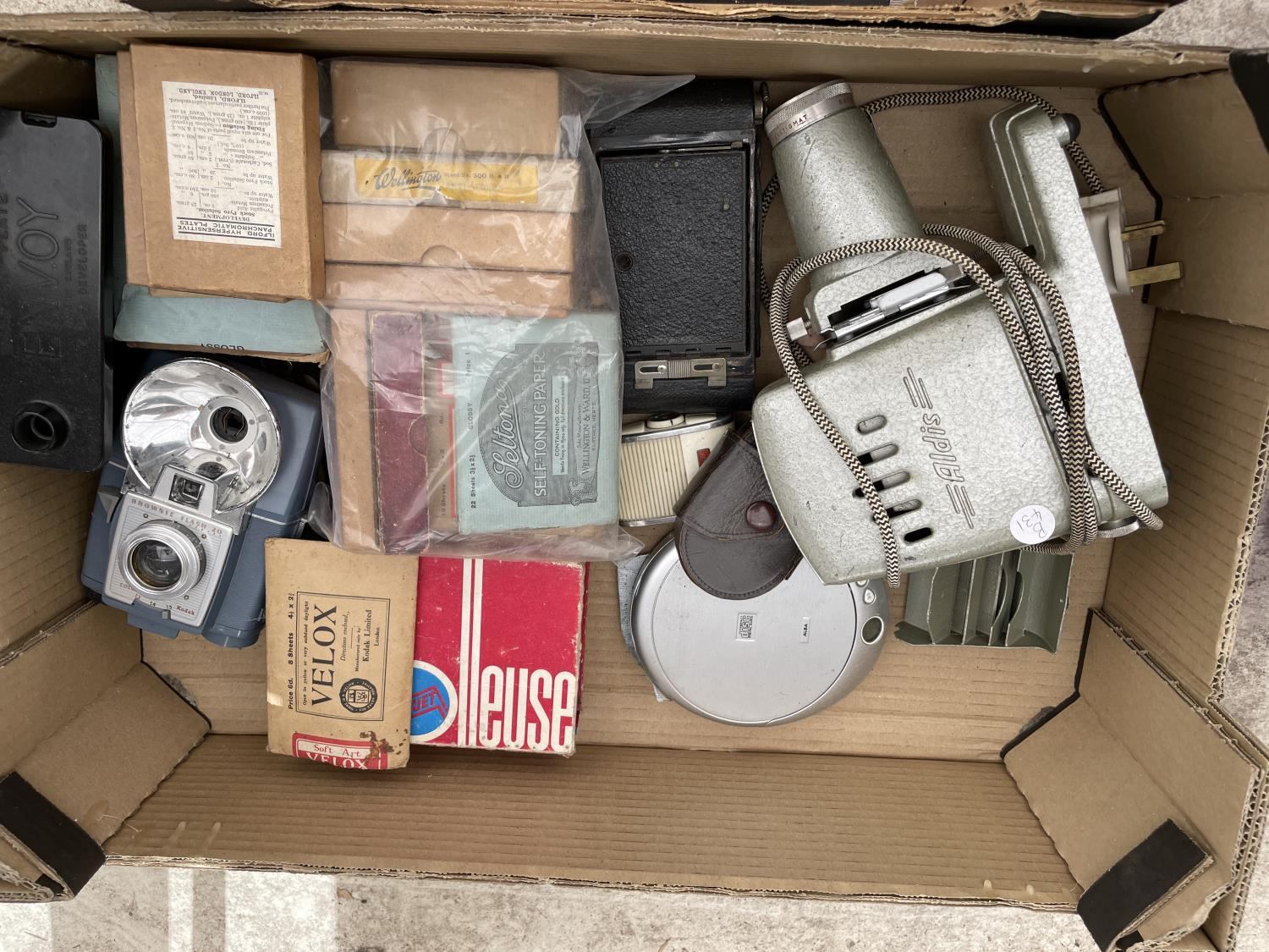 AN ASSORTMENT OF ITEMS TO INCLUDE AN ALDIS PROJECTOR, SAT NAV AND TORCH ETC - Image 6 of 6