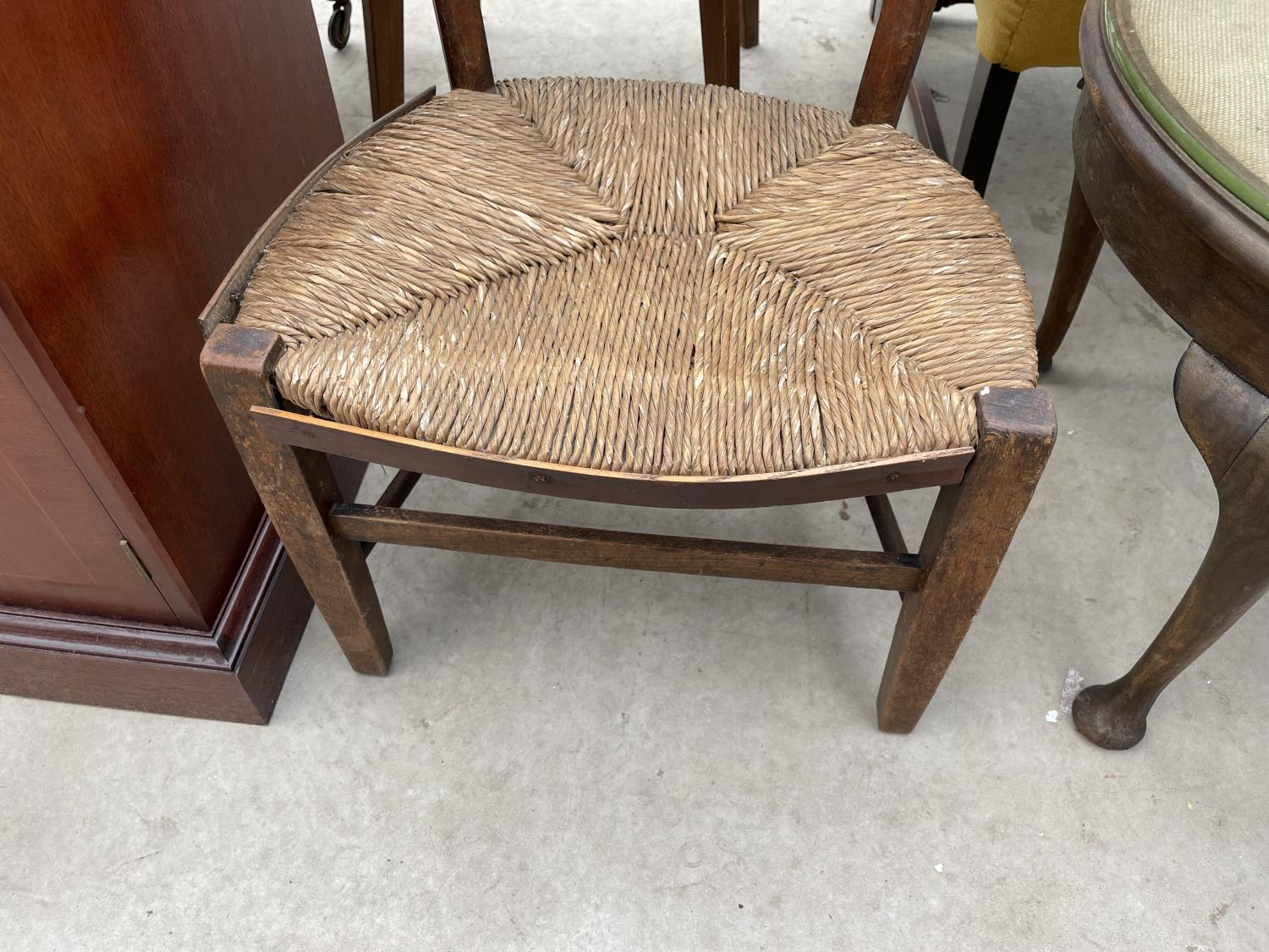 A CHILD'S RUSH SEATED OAK CHAIR - Image 3 of 3