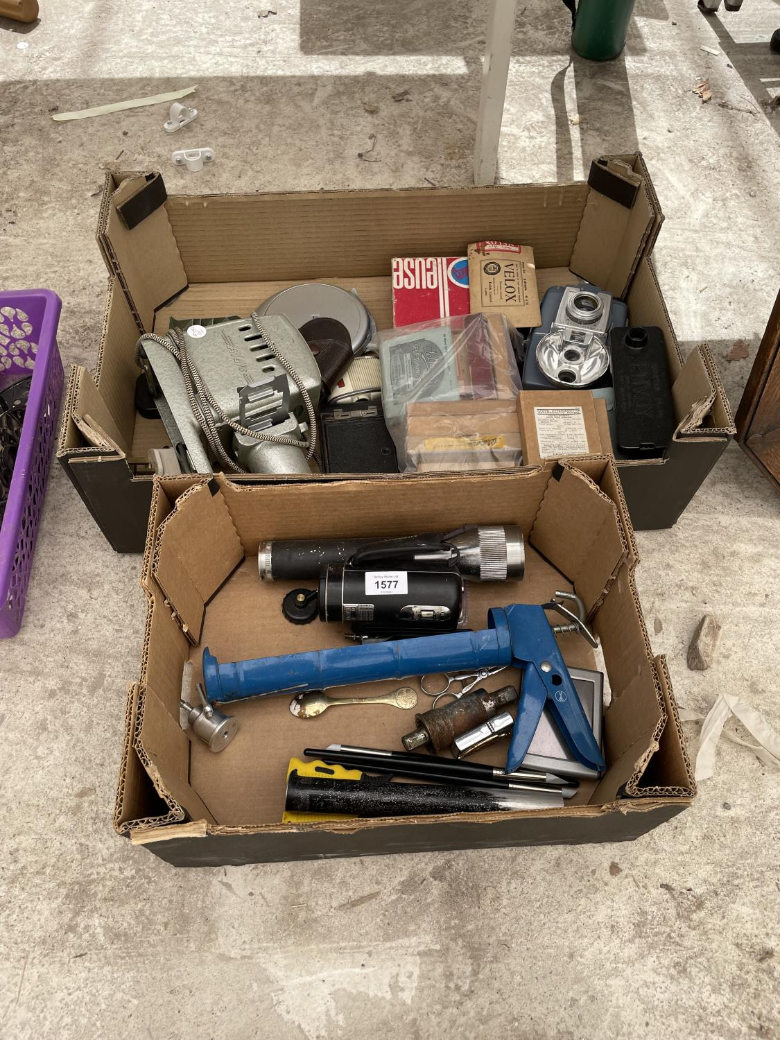 AN ASSORTMENT OF ITEMS TO INCLUDE AN ALDIS PROJECTOR, SAT NAV AND TORCH ETC