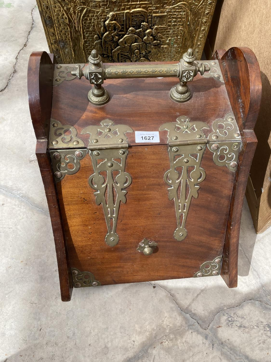 A BRASS LOG BOX, A WOODEN COAL BOX A MIRROR AND AN OIL LAMP - Image 2 of 5