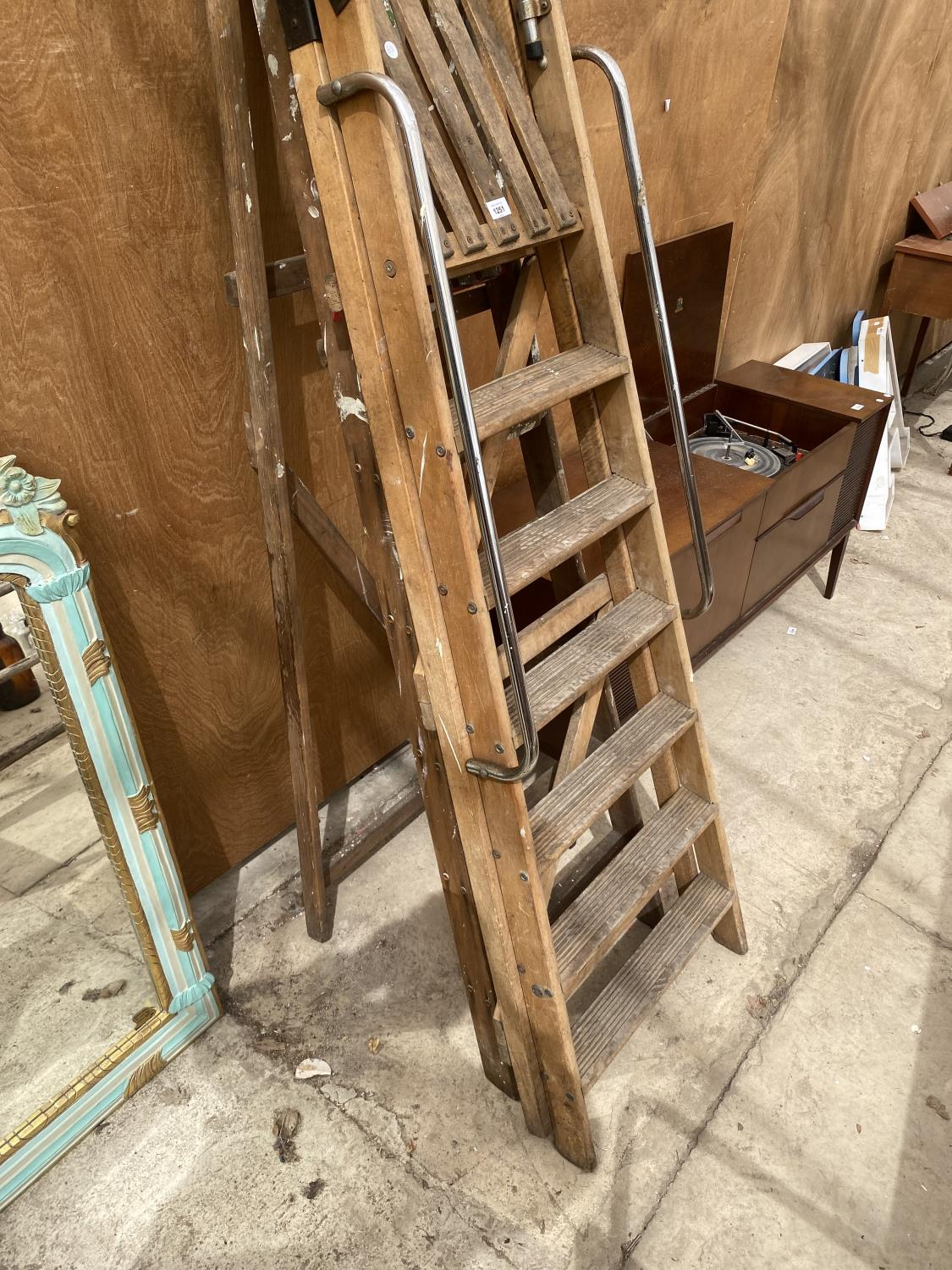 A VINTAGE 6 RUNG WOODEN STEP LADDER AND A VINTAGE 5 RUNG WOODEN STEP LADDER - Image 4 of 4