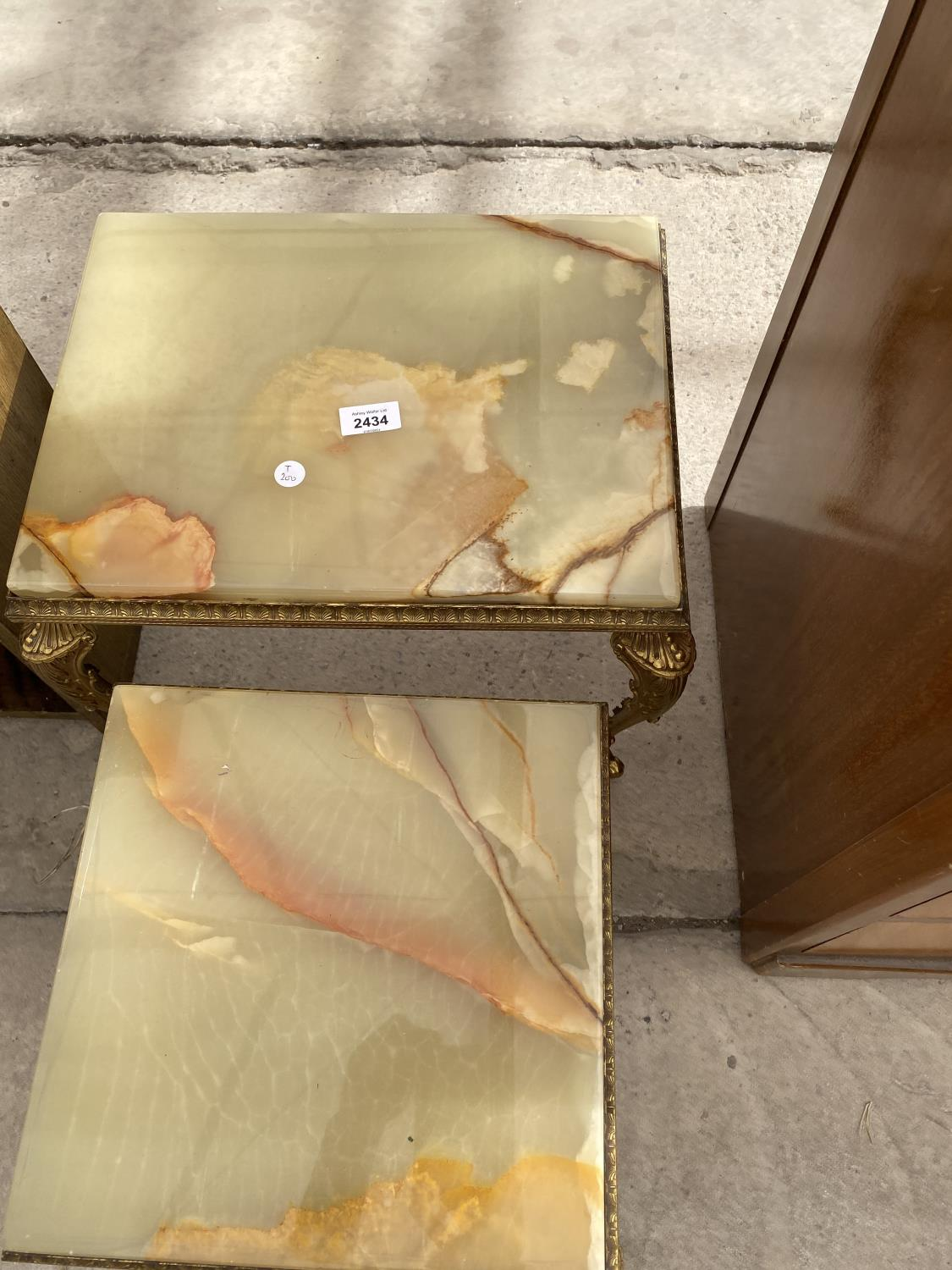 A NEST OF TWO ONYX TABLES - Image 2 of 3