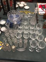 A LARGE COLLECTION OF GLASSWARE TO INCLUDE A CRYSTAL BOWL, WINE GLASSES AND JUG
