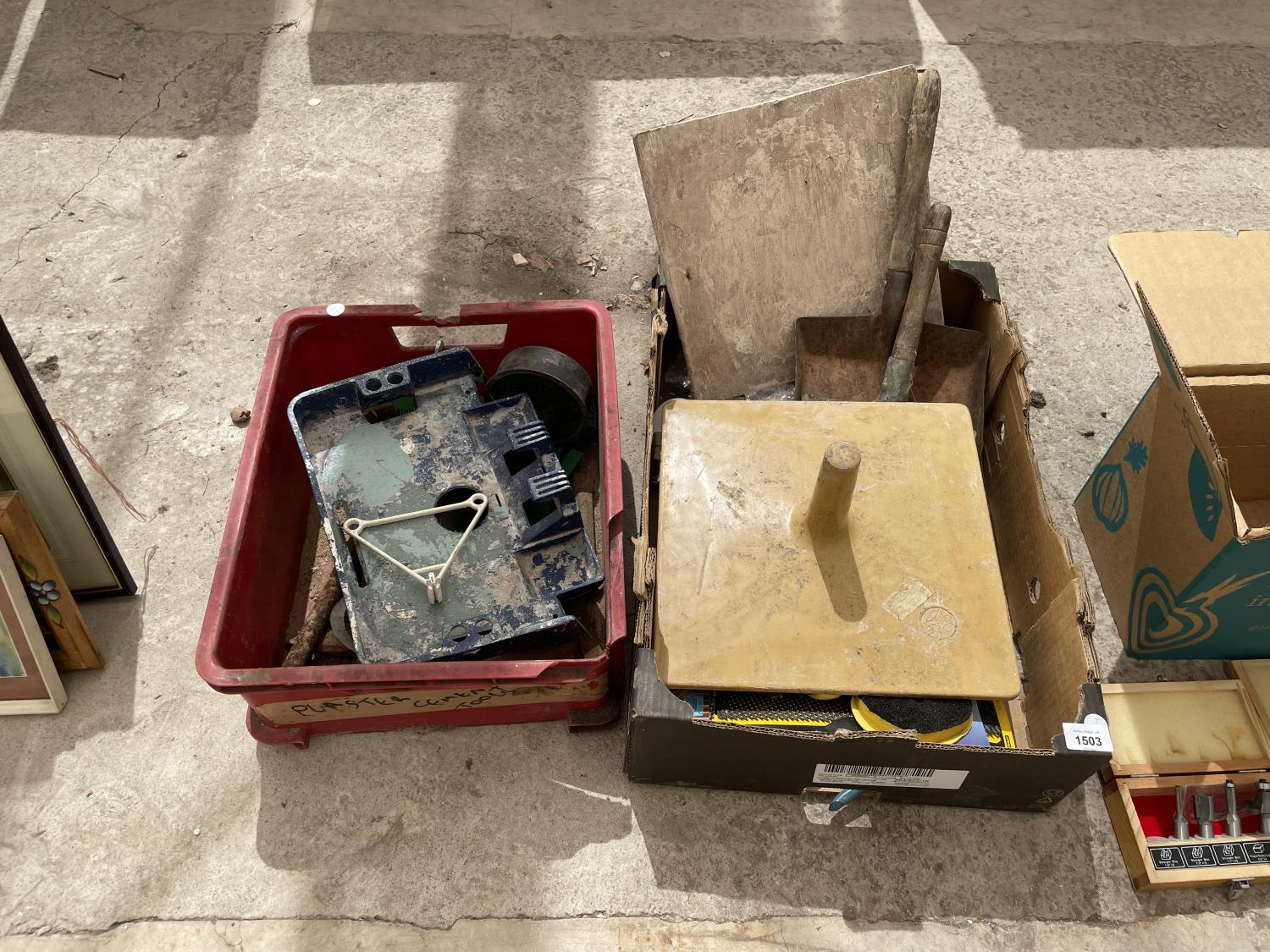 AN ASSORTMENT OF TOOLS TO INCLUDE TROWELS, SHOVELS AND CHISELS ETC - Image 2 of 6