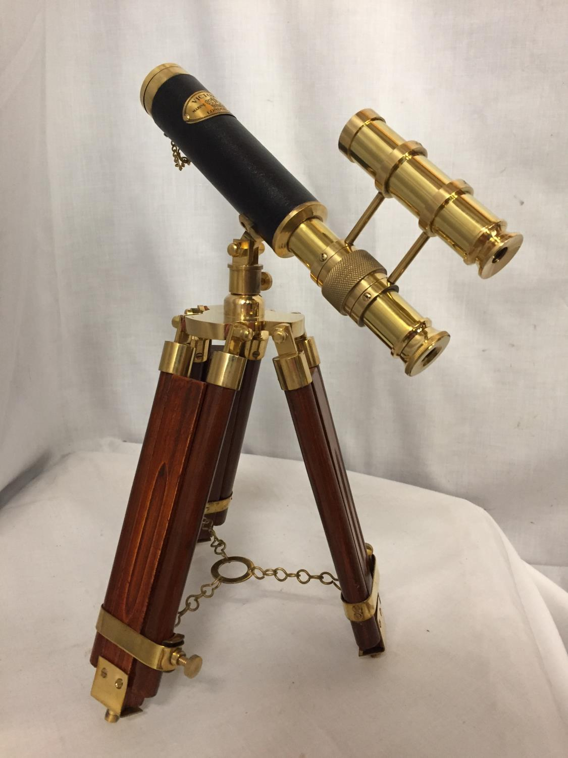 A BRASS AND LEATHER TELESCOPE ON A WOODEN TRIPOD STAND, 34CM HIGH - Image 4 of 4
