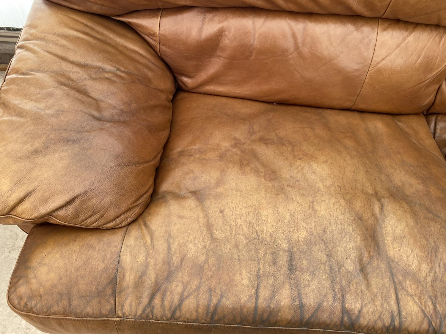 A MODERN LEATHER THREE SEATER SETTEE - Image 4 of 5
