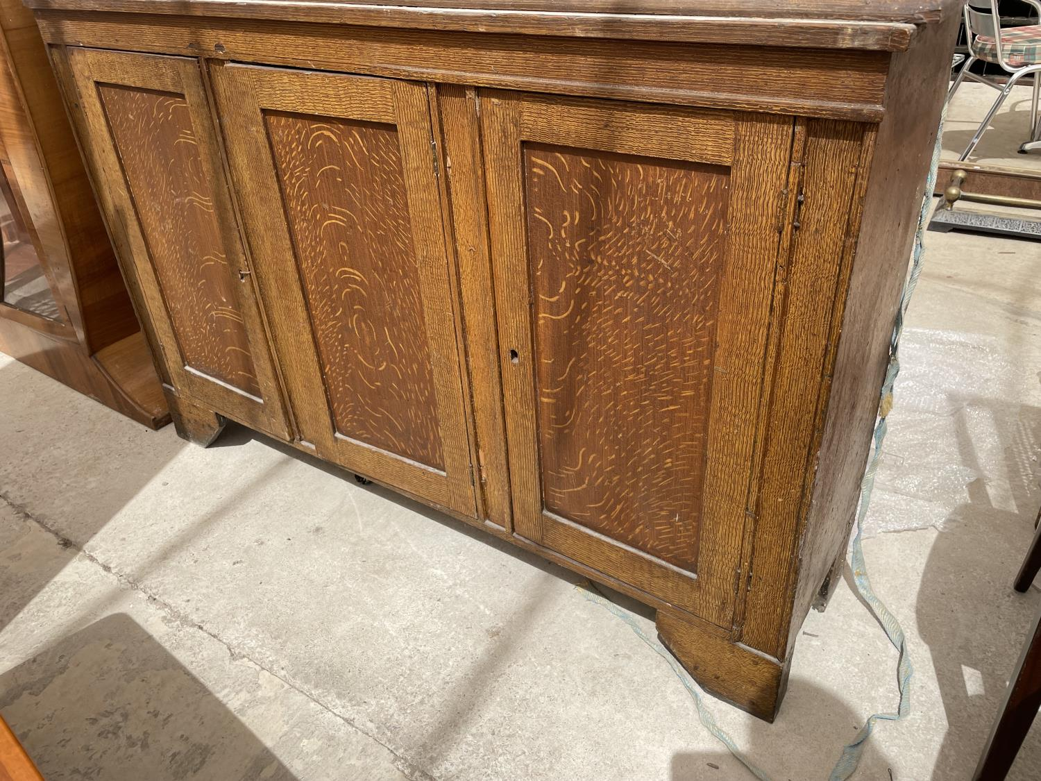 AN OAK BOOKCASE CABINET WITH TWO UPPER GLAZED DOORS AND THREE LOWER DOORS - Image 4 of 5