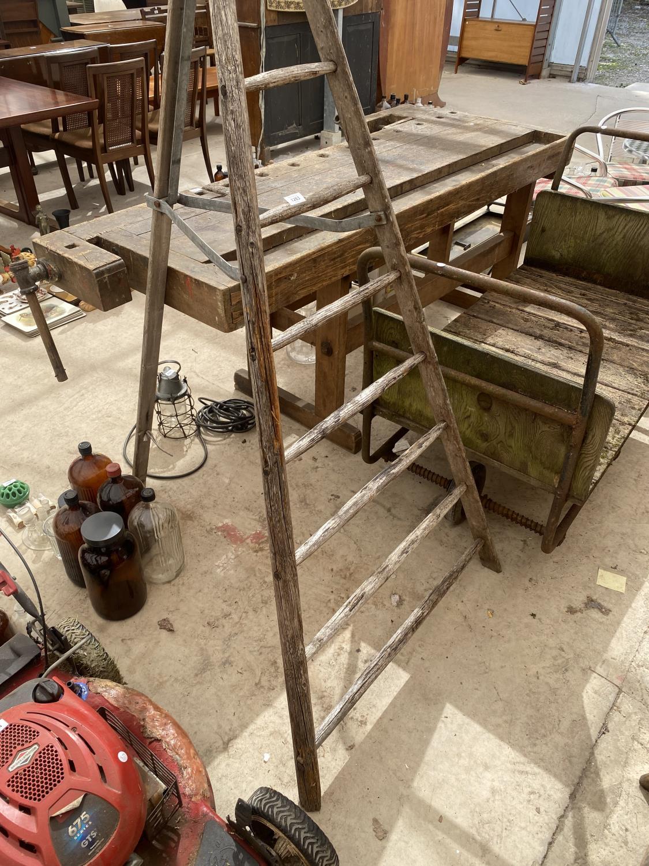 A VINTAGE WOODEN 8 RUNG TRIANGULAR STEP LADDER - Image 4 of 4