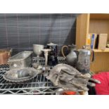 AN ASSORTMENT OF SILVER PLATED ITEMS TO INCLUDE COFFEE POTS, TRINKET DISHES AND FLATWARE ETC