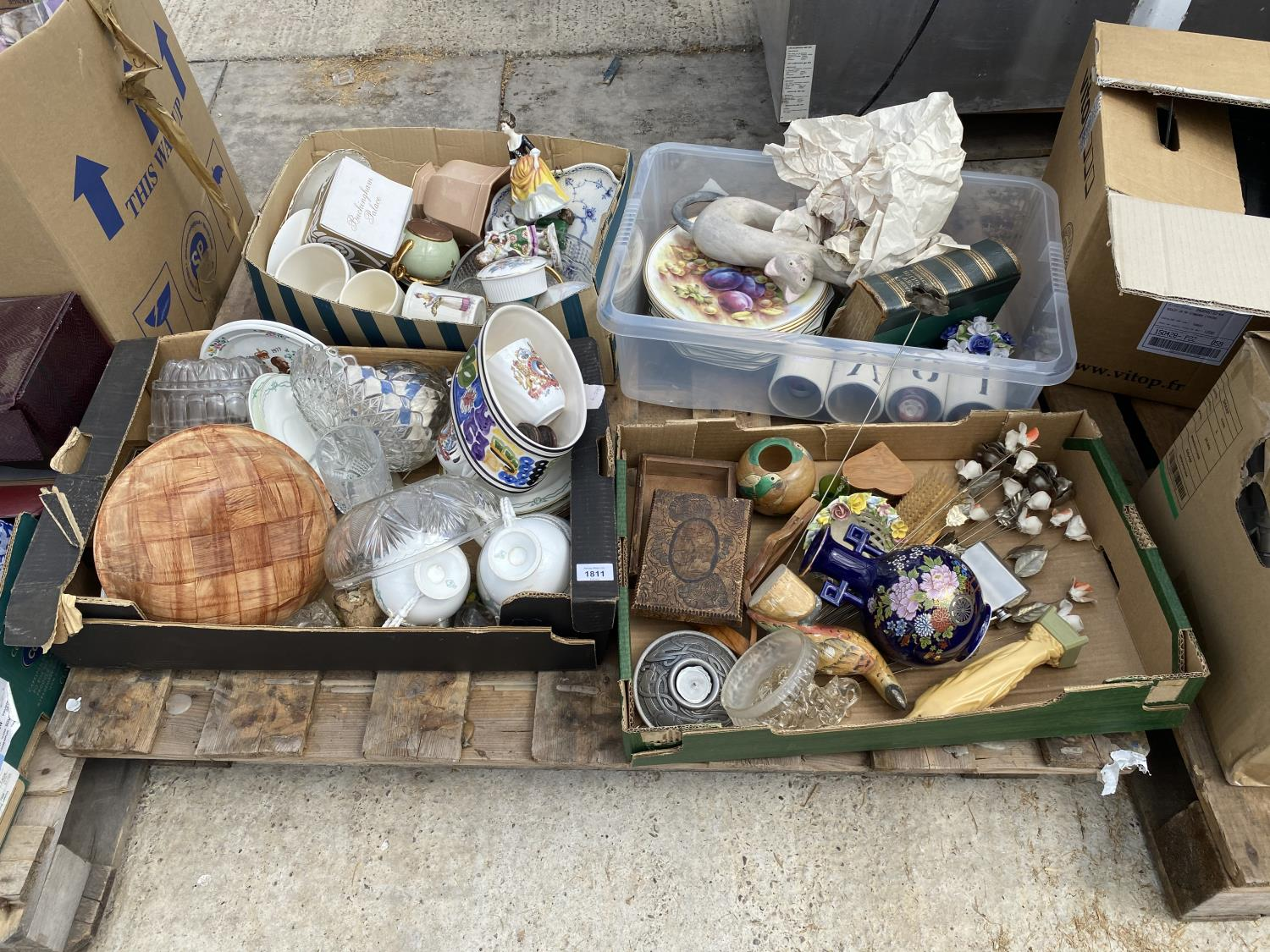 AN ASSORTMENT OF HOUSEHOLD CLEARANCE ITEMS TO INCLUDE CERAMICS, TREEN ITEMS AND GLASS WARE ETC - Image 2 of 6