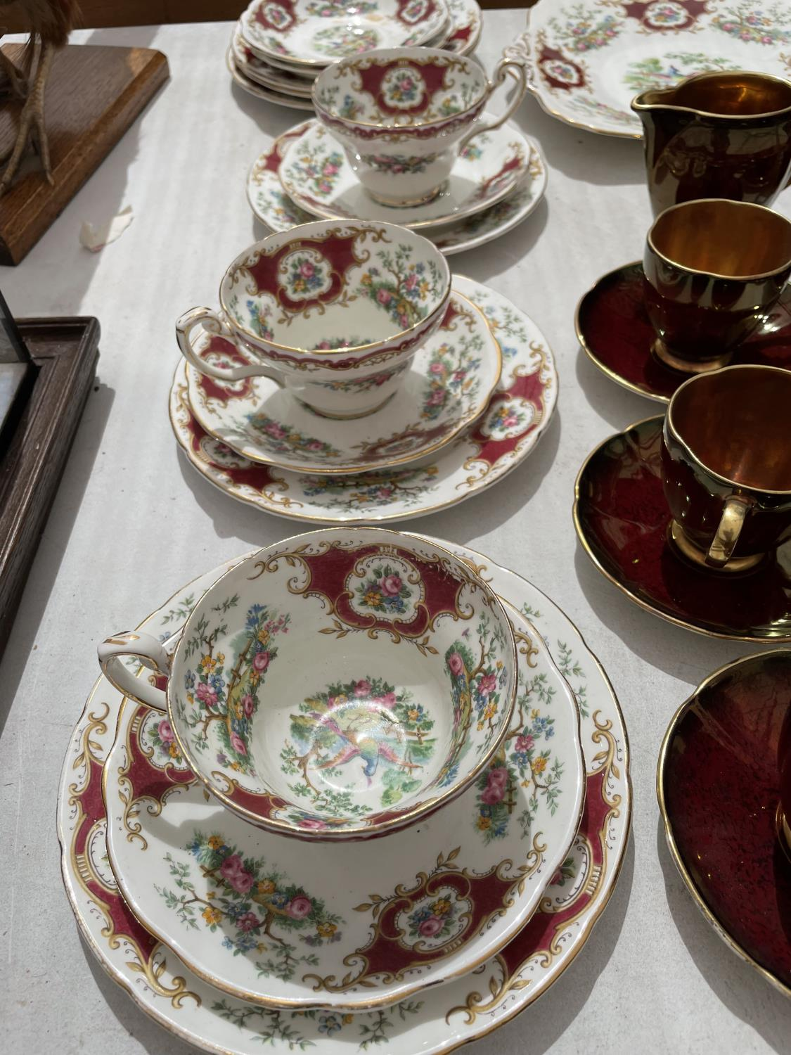 AN ASSORTMENT OF CERAMIC WARE TO INCLUDE A CARLTON WARE COFFEE SERVICE SET AND FLORAL TRIOS ETC - Image 8 of 10