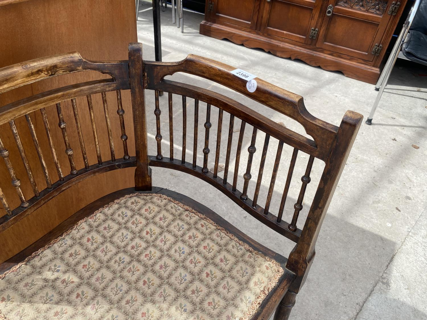 AN EDWARDIAN BEECH CORNER CHAIR WITH TURNED BACK SPINDLE - Image 3 of 5