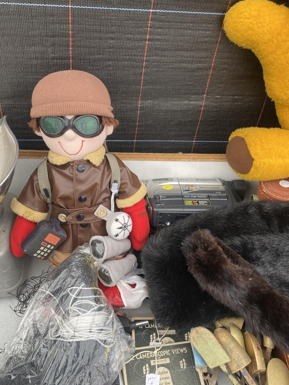 AN ASSORTMENT OF ITEMS TO INCLUDE SHOE STRETCHERS, A PAIR OF BALANCE SCALES AND GLASSES CASES ETC - Image 6 of 6