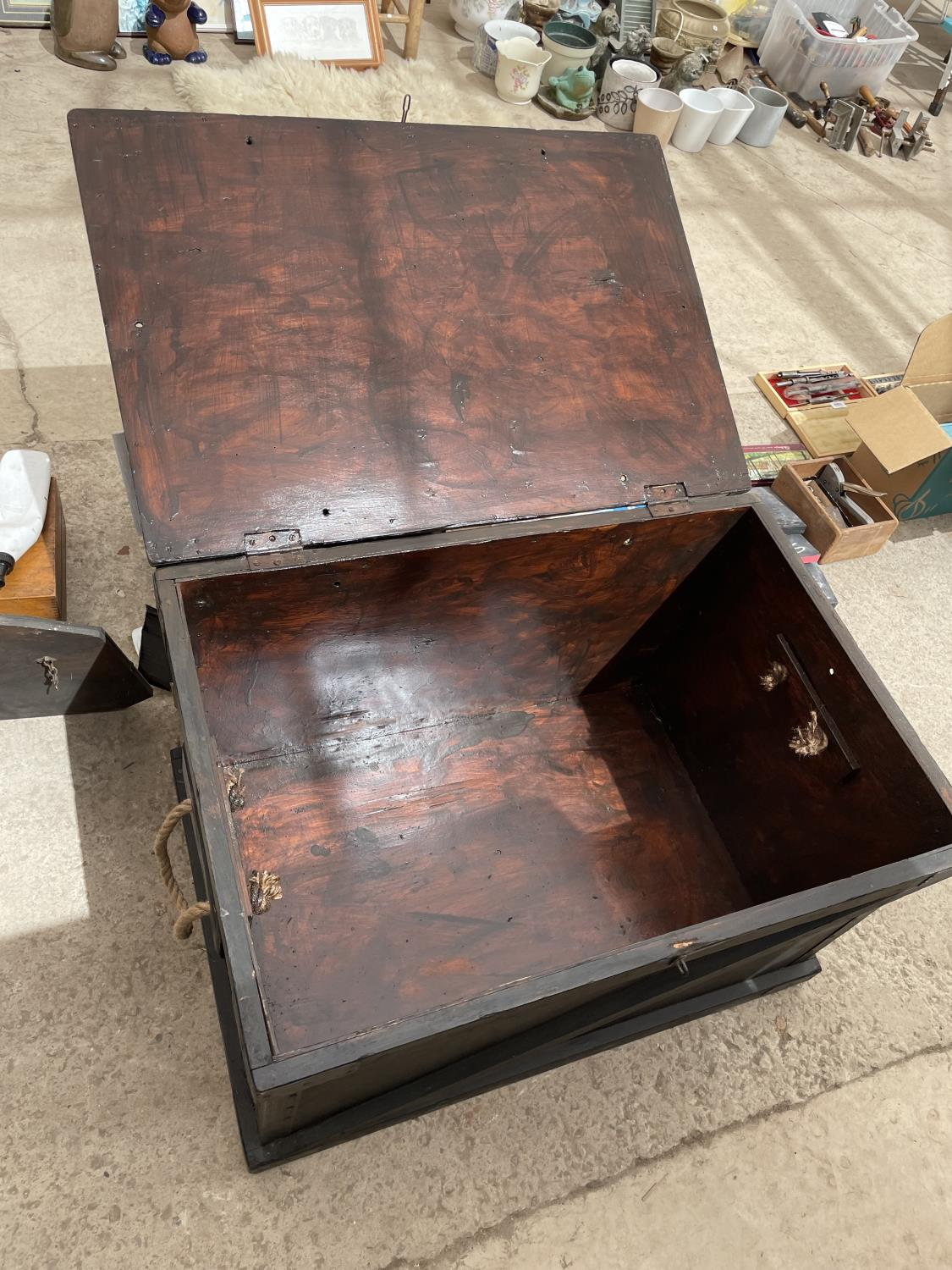 A BLACK STAINED BLANKET CHEST WITH ROPE CARRYING HANDLES, 32' WIDE - Image 5 of 5