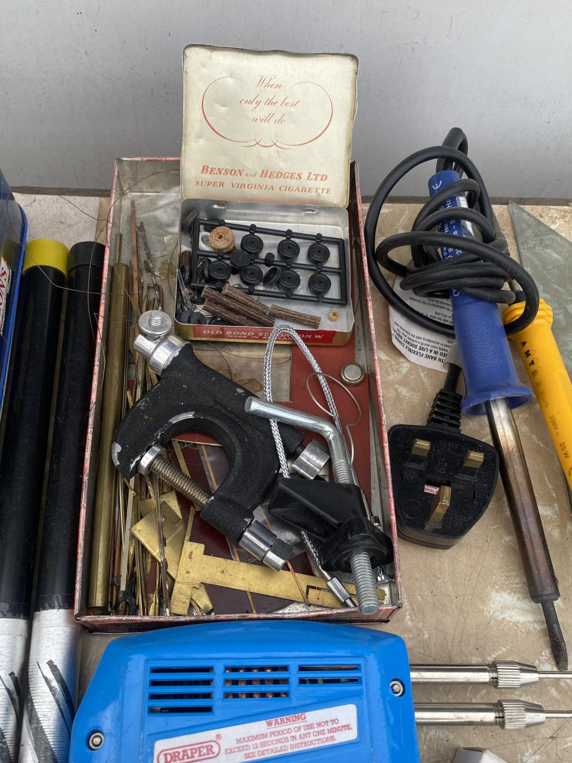 AN ASSORTMENT OF ARTS AND CRAFTS EQUIPMENT TO INCLUDE SOLDERING IRONS, A CLAMP AND MODEL PAINT AND - Image 4 of 6
