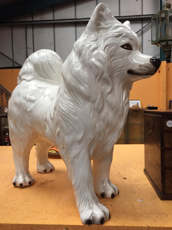 A LARGE WHITE CERAMIC SAMOYED DOG - Image 3 of 4