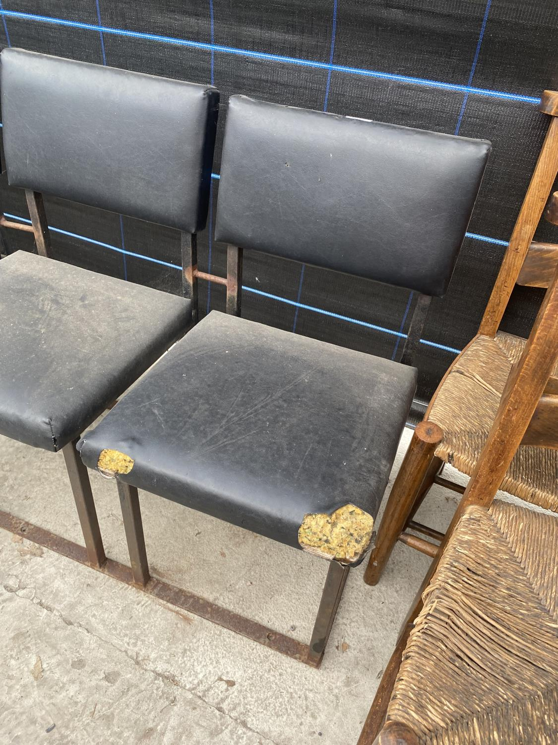 A SET OF FOUR JOINED CHAIRS ON BOX METAL FRAME - Image 2 of 4