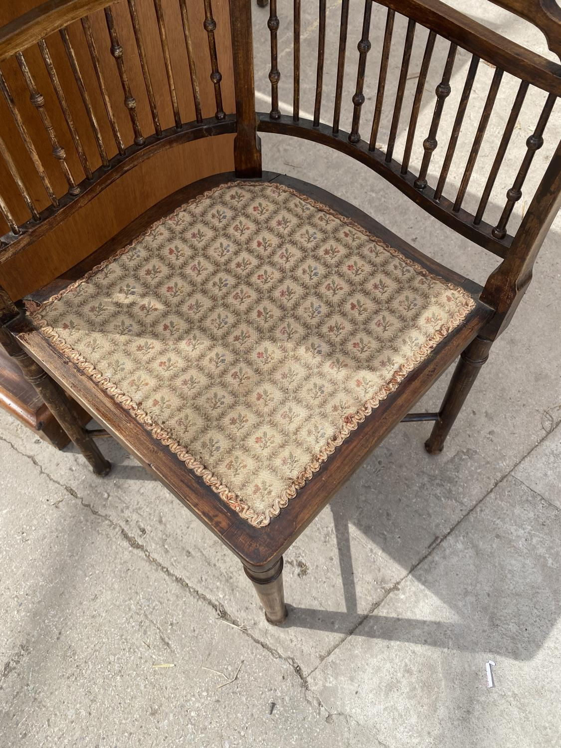 AN EDWARDIAN BEECH CORNER CHAIR WITH TURNED BACK SPINDLE - Image 5 of 5