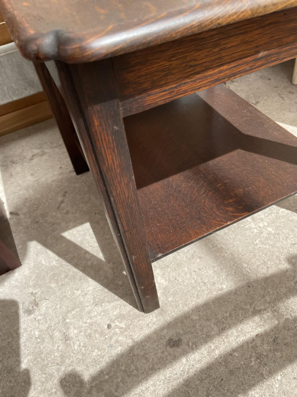 AN OAK OCCASIONAL TABLE WITH LOWER SHELF - Image 3 of 3