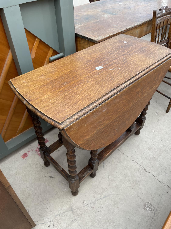 AN EARLY 20TH CENTURY OAK GATELEG TABLE ON BARLEYTWIST LEGS - Image 4 of 4