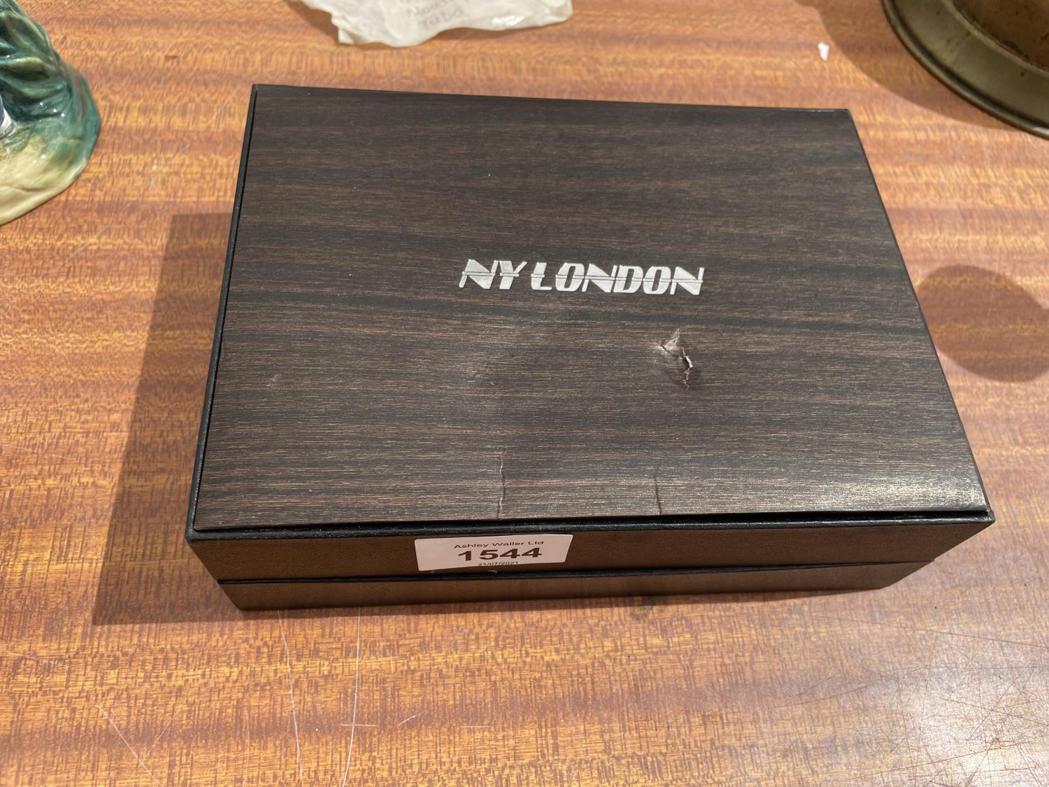 A BOXED NY LONDON WATCH, LIGHTER, PEN AND TORCH SET - Image 5 of 6