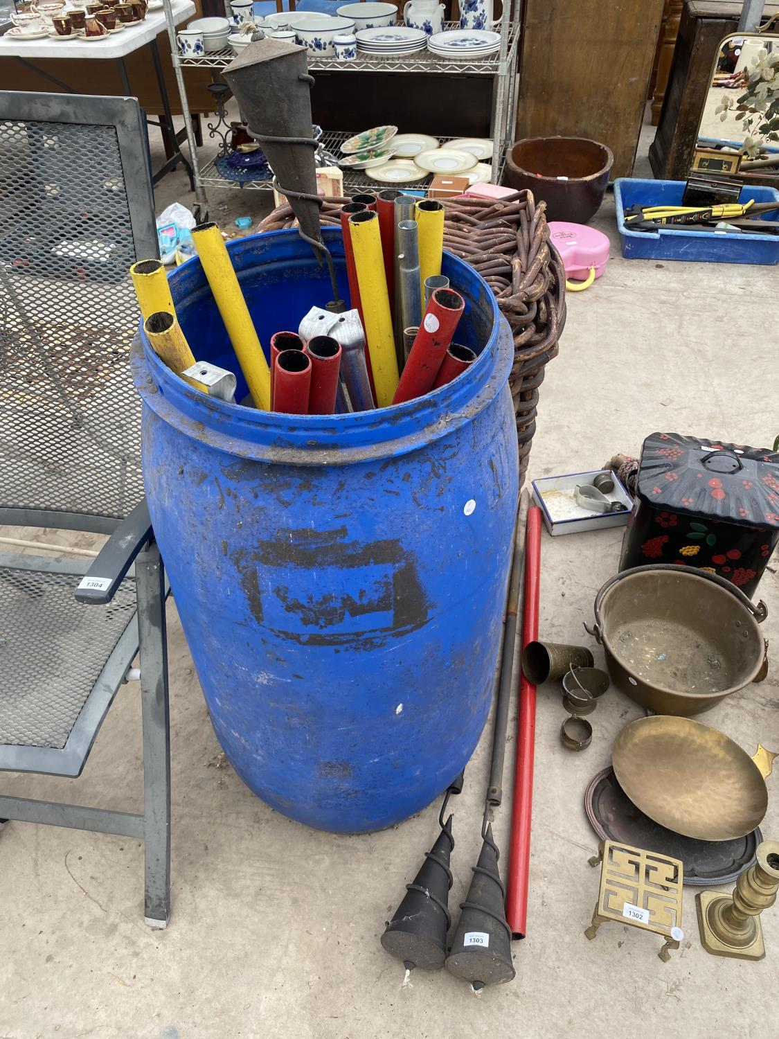 AN ASSORTMENT OF GARDEN ITEMS TO INCLUDE GARDEN BURNERS AND POLES ETC