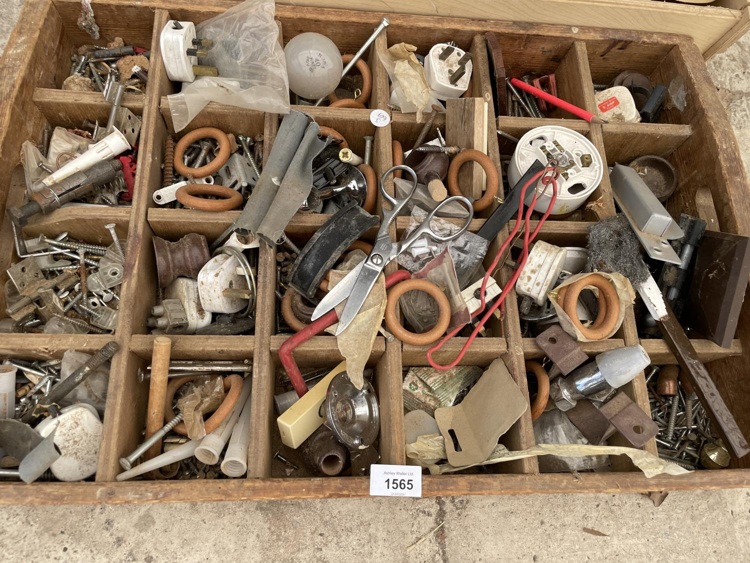 AN ASSORTMENT OF HARDWARE ITEMS TO INCLUDE SCREWS, PLUGS AND SHELVING BRACKETS ETC - Image 3 of 6