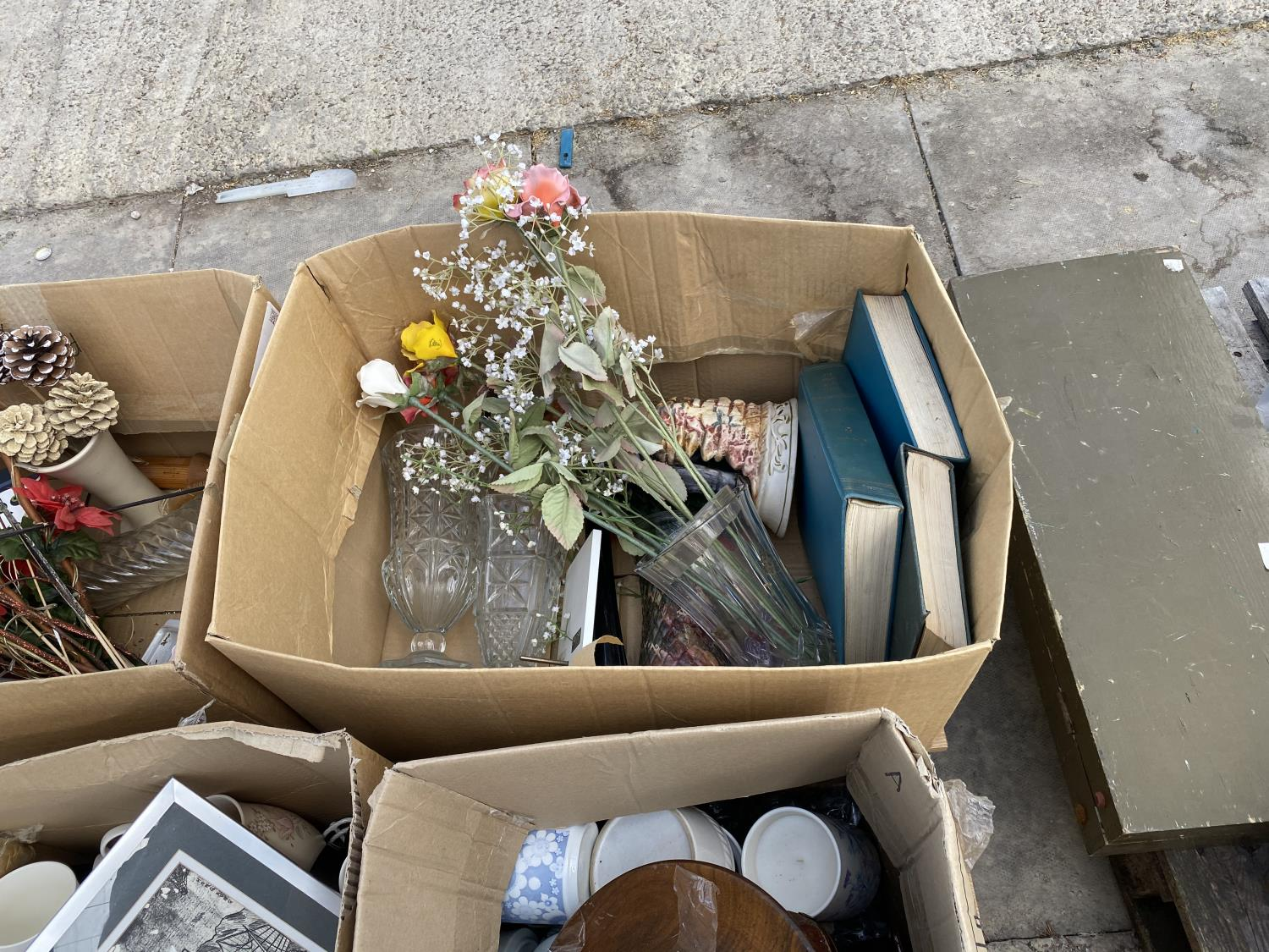 AN ASSORTMENT OF HOUSEHOLD CLEARANCE ITEMS TO INCLUDE SUITCASES, CERAMICS AND PRINTS ETC - Image 3 of 4