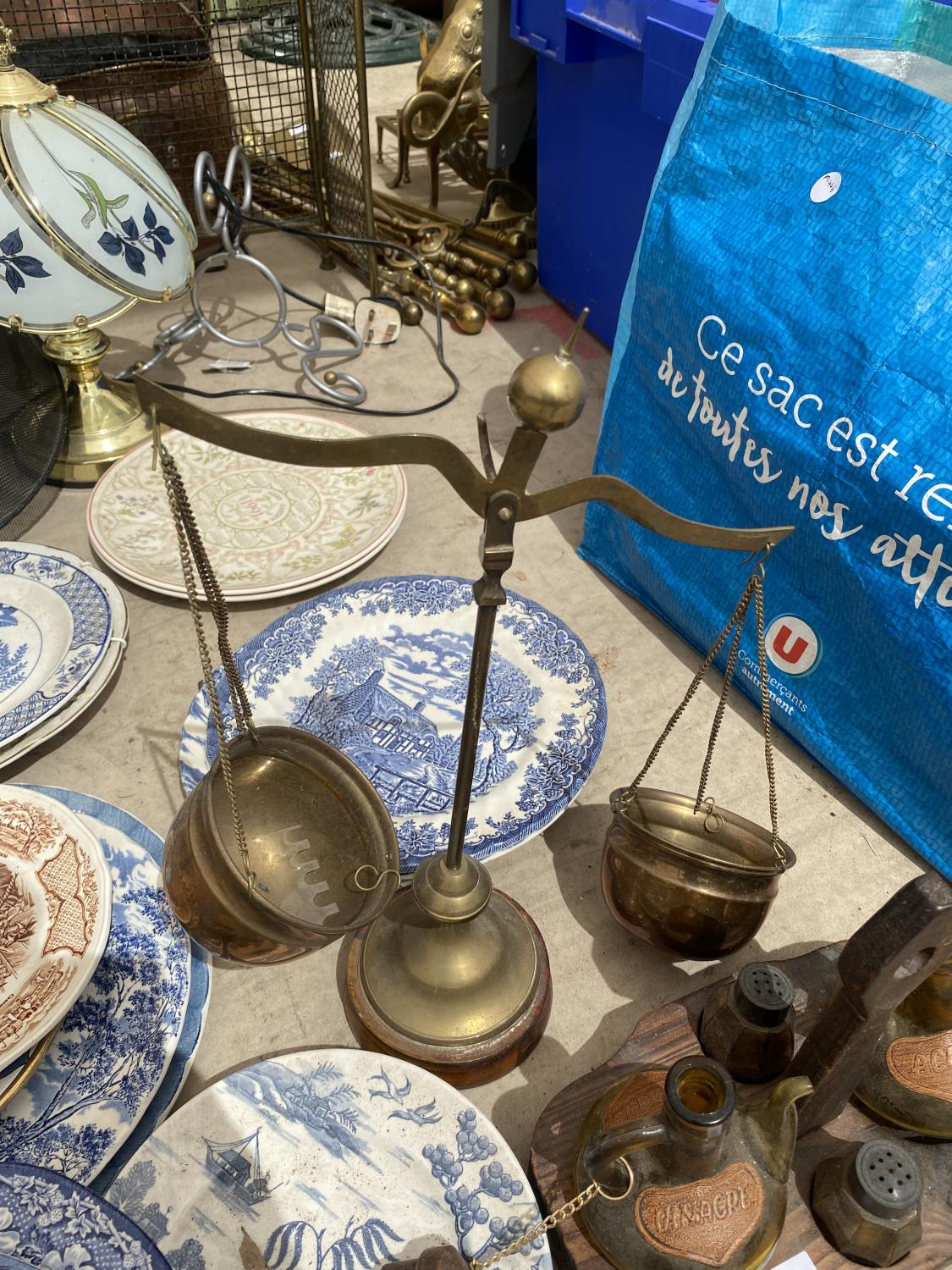 AN ASSORTMENT OF ITEMS TO INCLUDE BLUE AND WHITE CERAMICS PLATES, A GLASS LAMP AND BALANCE SCALES - Image 3 of 4