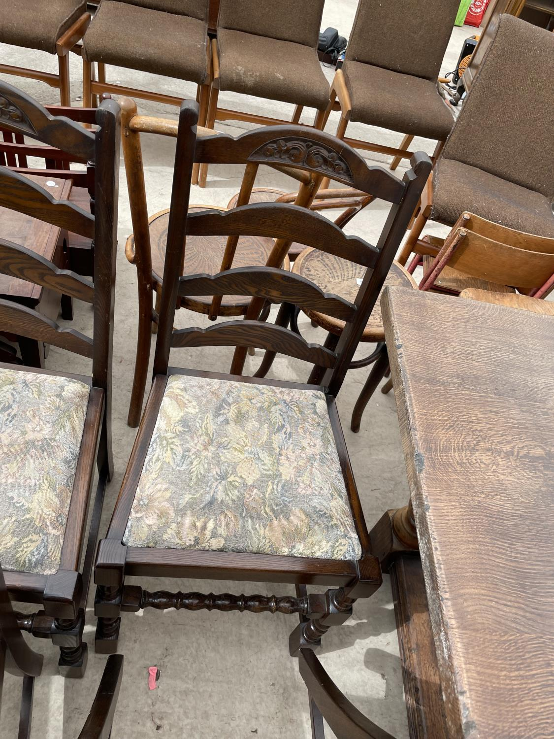 A SET OF SIX OAK REPRODUCTION LADDERBACK DINING CHAIRS ON TURNED LEGS - Image 6 of 6