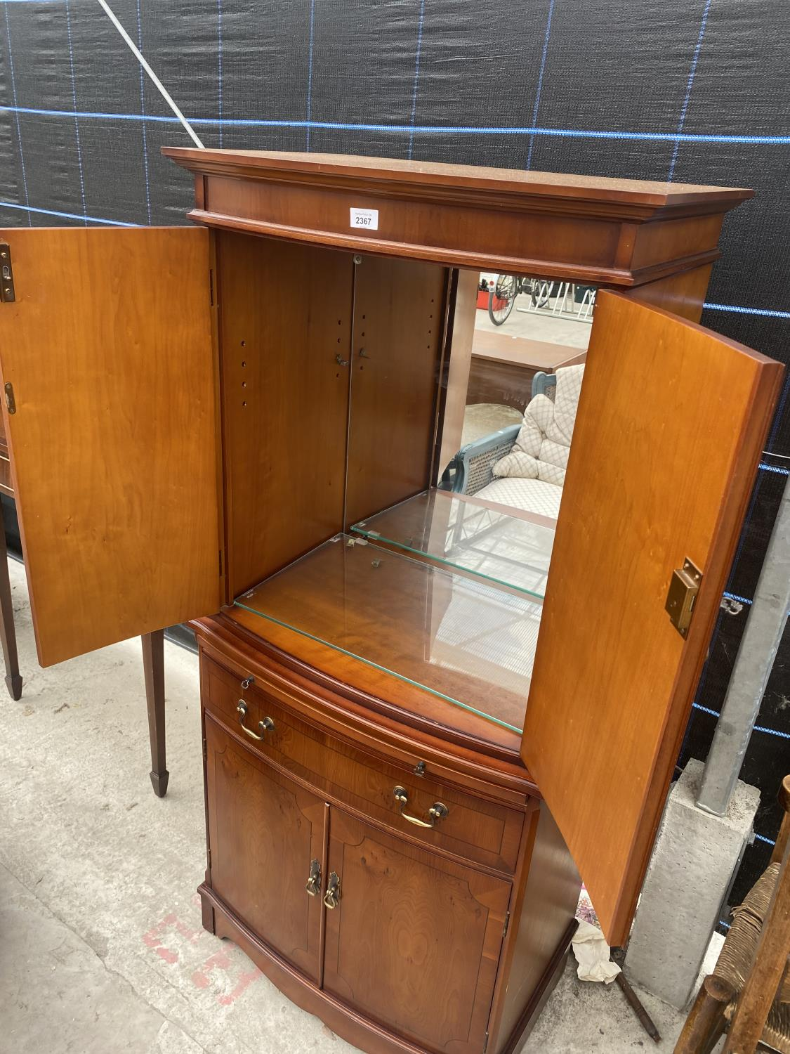 A YEW WOOD STRONGBOW FURNITURE COCKTAIL CABINET, HAVING MIRRORED UPPER PORTION, DRAWER, CUPBOARDS - Image 4 of 5