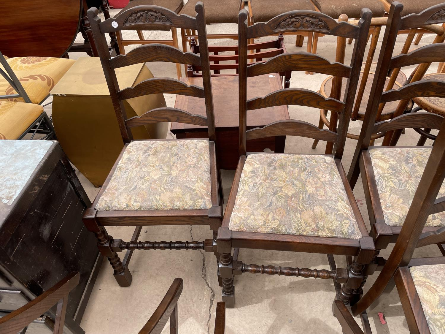 A SET OF SIX OAK REPRODUCTION LADDERBACK DINING CHAIRS ON TURNED LEGS - Image 4 of 6