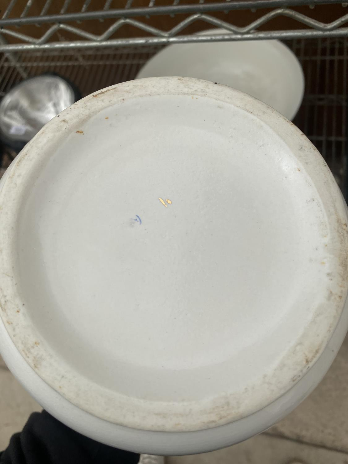A LARGE WASH JUG AND BOWL AND A FURTHER DRESSING TABLE SET WITH BIRD DESIGN - Image 5 of 5